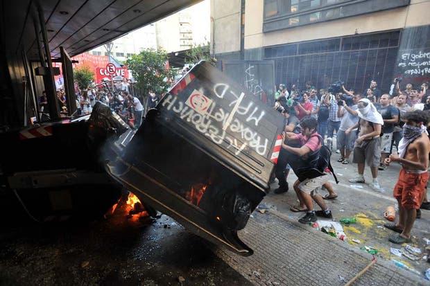 Incidentes durante la manifestación frente a la Casa de Tucumán