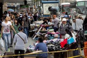 Vendedores ambulantes en la avenida Pueyrredón, a metros de la estación de Once