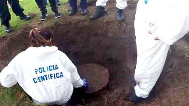 La policía científica rastrea la quinta en Pipinas, partido de Punta Indio