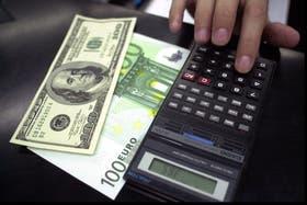 El dólar paralelo retrocede hoy diez centavos
