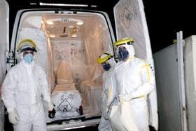 El paciente guineano fue internado ayer en Río de Janeiro bajo estrictas medidas de seguridad