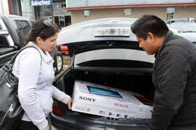 Dos argentinos compran un LCD en Punta Arenas, Chile