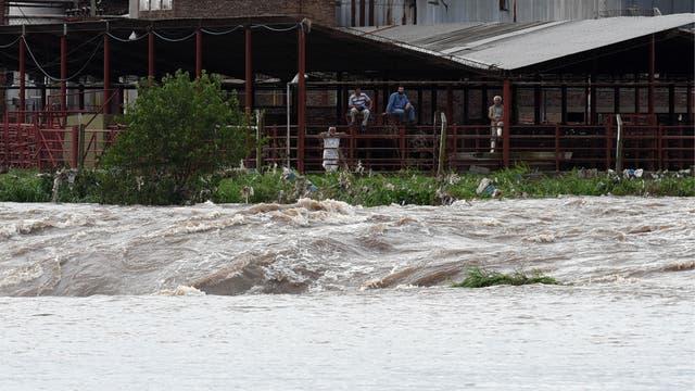 Se agrava las inundaciones en Santa Fe; Arroyo Seco está entre las localidades más afecatdas, hay varios km de cola en las rutas que están anegadas. Foto: EFE / Sebastián Granata