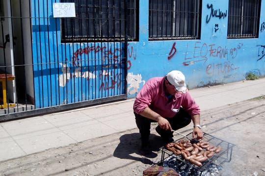 Tito y su parrilla improvisada, con el choripán más barato de Catán. Foto: LA NACION / Iván Ruiz