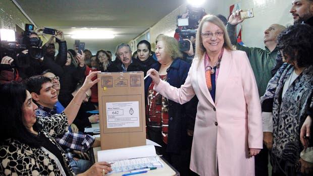 Insultada, Alicia Kirchner se alejó de la escuela donde votó
