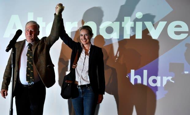 Los principales candidatos de Alternativa para Alemania, Alexander Gauland y Alice Weidel celebran en el escenario de su búnker en Berlín la noche de la elección