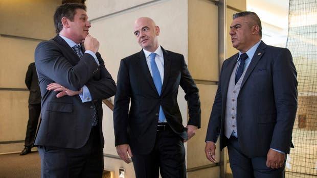 Los presidentes Gianni Infantino junto con Alejandro Dominguez (Conmebol) y Claudio Tapia (AFA) en el hotel Park Hyatt, antes de la entrevista con LA Nación