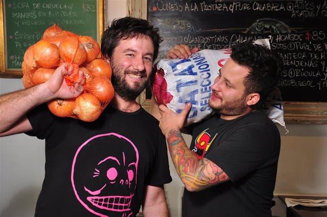 Rodrigo Castilla, de Las Pizarras, y Pedro Peña, de Florería Atlántico, le ponen el cuerpo a la tarea de cocinar