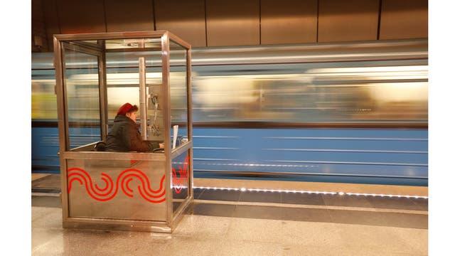 Un encargado de la estación controla los trenes que salen de la plataforma desde una cabina en la estación de metro de Zhulebino en Moscú, Rusia