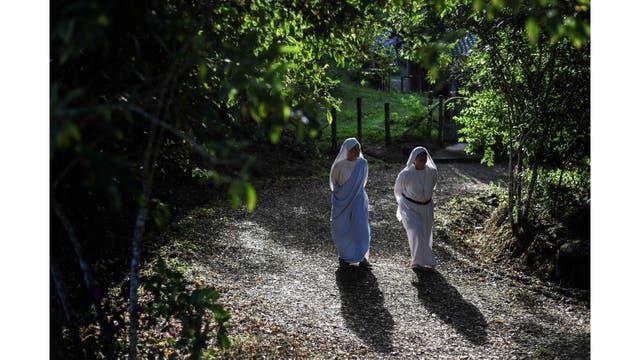 Las monjas hermanas de María Valentina de los Ángeles, de la Congregación Eucarística del Padre Celestial, caminan en el convento en las afueras de Cali