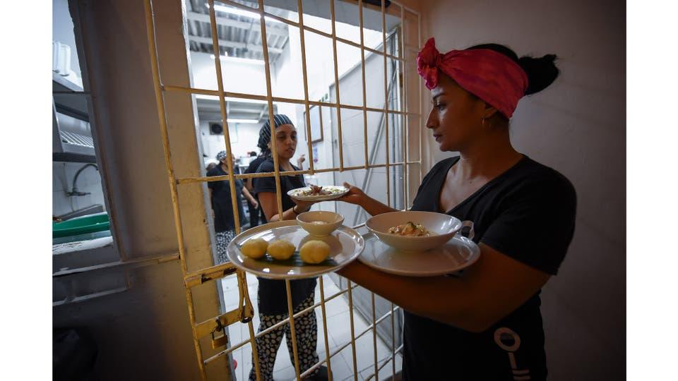 Las presas trabajan en el restaurante Interno en la cárcel de San Diego en Cartagena