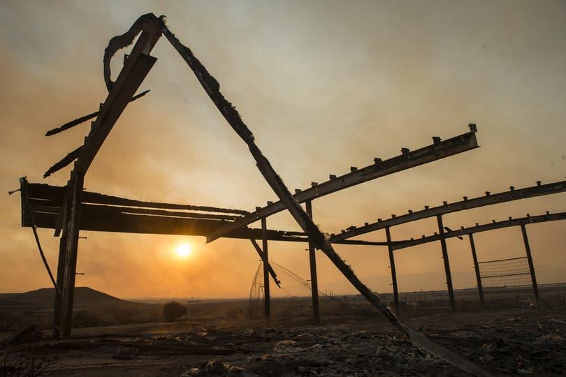 Vista de un galpón carbonizado perteneciente a un rancho en las afueras de Lancaster, California. Foto: EFE