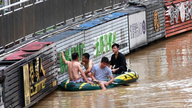 La inundación en una zona comercial dejó negocios bajo el agua