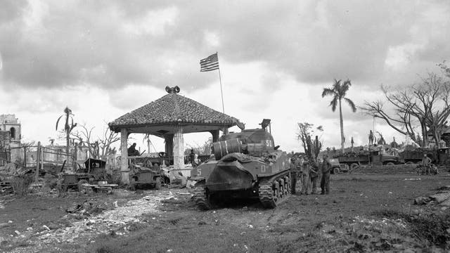 Foto de archivo de agosto de 1944, muestra una bandera americana sobre el primer tanque de los Estados Unidos en desembarcar en Guam