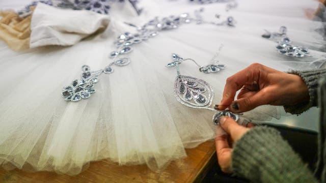 Una costurera cose un tutú para la producción de El Cascanueces
