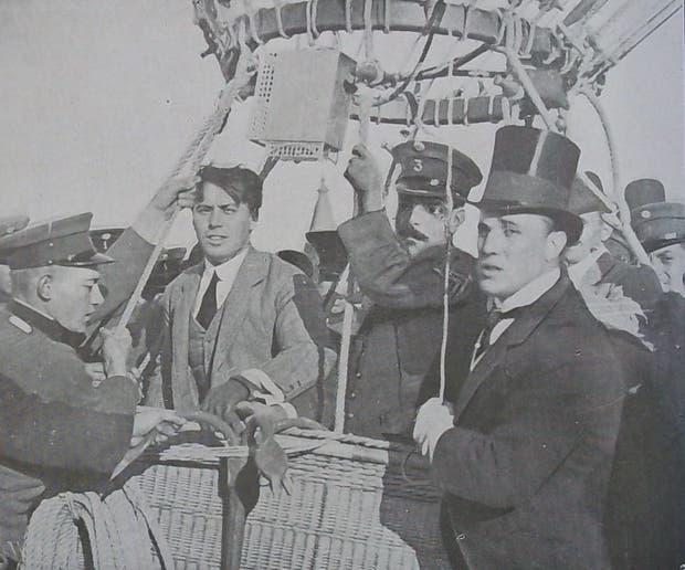Jorge Newbery, con galera, asistiendo a su hermano Eduardo y al sargento Romero, momentos antes de que partieran, el 17 de octubre de 1908.