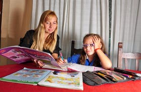 Jazmín Peralta, de 7 años, completa la tarea con ayuda de su mamá, Viviana Genovese,gustavo bosco