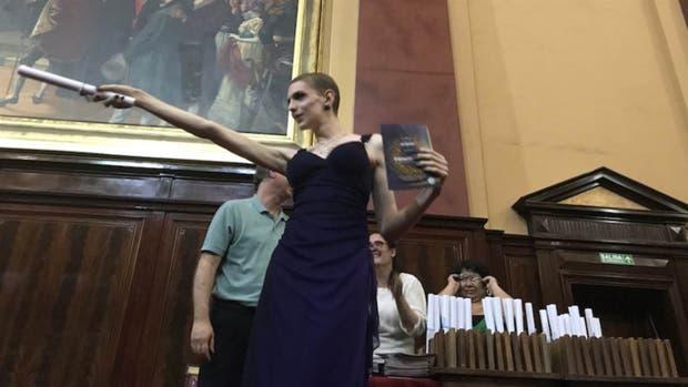 Leandra, la primera egresada trans del Pellegrini