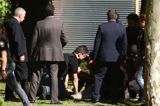 El fotógrafos José Mateos de diario Clarín fue tirado al suelo y esposado durante los incidentes. Foto: LA NACION / Ricardo Pristupluk