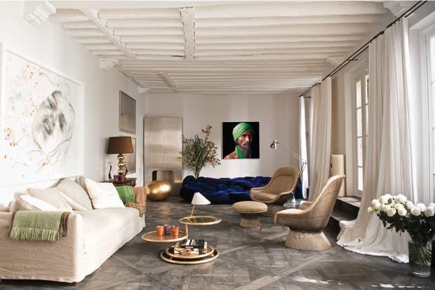 Frente a la obra de Philippe Pasqua, sofá de tres cuerpos (Caravane). En el rincón, un armario de acero de los años 70 (galería Yves Gastou). En azul eléctrico, el impactante sofá Boa, de Fernando y Humberto Campana (Edra)..