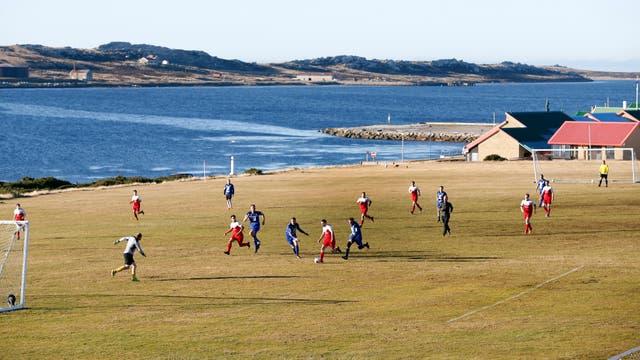 El seleccionado de fútbol de las Islas Malvinas durante un partido amistoso frente a los militares británicos que pueblan la base. Foto: LA NACION / Mauro V. Rizzi