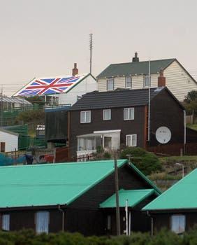 Una bandera inglesa sobre el techo de una residencia. Foto: Archivo / Fabián Marelli / LA NACION