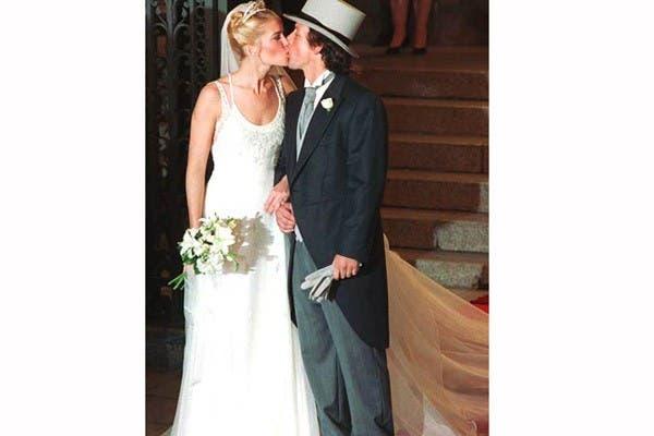 Valeria Mazza uso un vestido de Armani cuando se casó con Alejandro Gravier, en 1998. El modelo, sencillo con doble escote y breteles finos bordados. Usó un peinado recogido y un ramo de nardos.