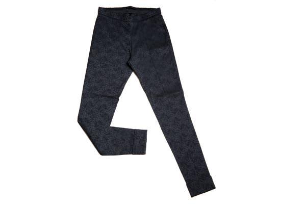Pantalones engomados (Chocolate, $950).