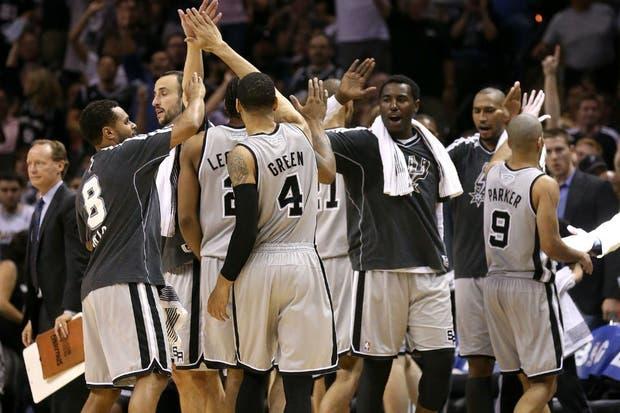 El festejo de los Spurs, tras la dura victoria