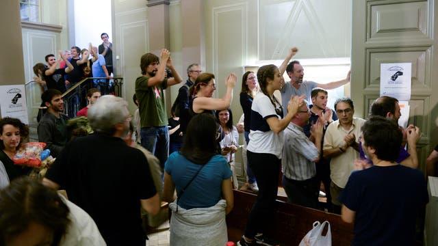 Adentro de un colegio, decenas de personas cantan a favor del referéndum. Foto: Reuters