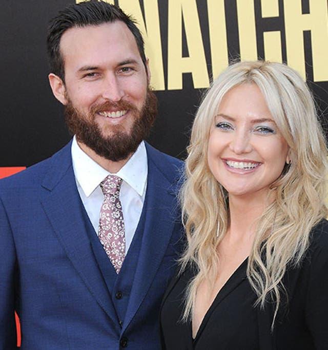 Kate Hudson y Danny Fujikawa presentaron su relación en la alfombra roja de Snatched, el film que su madre, Goldie Hawn, protagonizó junto a Amy Schumer