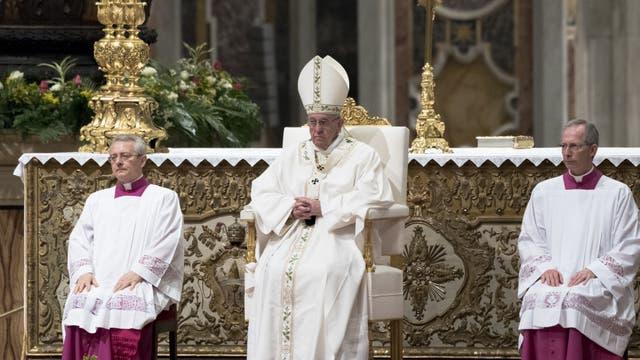 Francisco celebró la misa de vigilia de Pascua