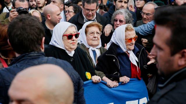 Ordenan la captura de Hebe de Bonafini por no presentarse a declarar por la investigacion de Suenos Compartidos. La acompano la militancia en su marcha de los jueves en la Plaza de Mayo y de alli hasta la sede de Madres. Foto: LA NACION / Hernán Zenteno