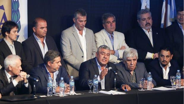 La nueva AFA: Tapia, el presidente, flanqueado por Angelici y Moyano; una de las misiones es sanear las tesorerías de los clubes