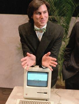 Steve Jobs en 1984, cuando presentó la Macintosh. Foto: AP