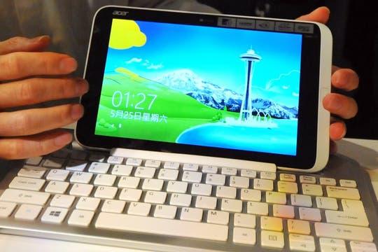 Acer Iconia W3, la primera tableta con Windows 8 (no el RT) y pantalla de 8 pulgadas (1280 x 800 pixeles), chip Intel Atom Z2760, dock para teclado, 379 dólares en Estados Unidos. Foto: AFP