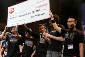El equipo TSM de StarCraft II levantando el premio obtenido en la final del IGN Pro League