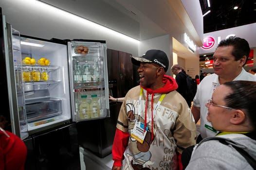 LG no se quedó atrás, y también mostró su refrigerador con doble puerta. Foto: AP