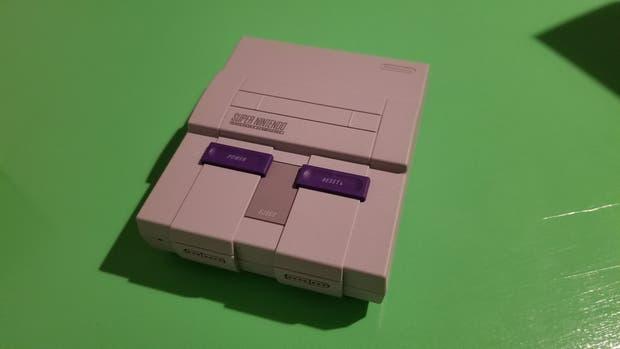 Con un tamaño compacto, la Super Nintendo Classic Edition cuenta con 21 juegos preinstalados