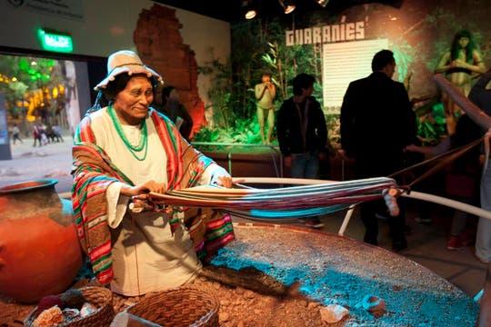 Diferentes culturas que pueblan la Argentina son representadas en un gran stand. Foto: LA NACION / Matias Aimar