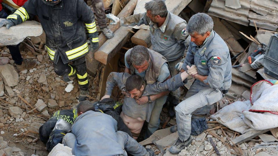 Un hombre es rescatado con vida entre los escombros de lo que fue su casa. Foto: Reuters / Remo Casilli