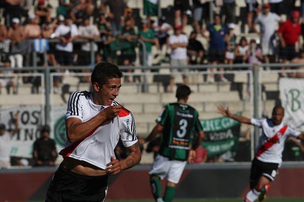 Lanzini festeja su gol en San Juan