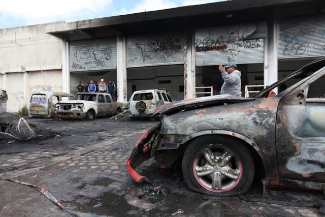 Al menos tres autos fueron incendiados por los atacantes