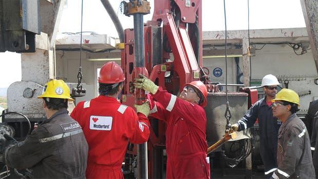 Trabajadores de YPF y Schlumberger en una operación de gas de esquisto en El Orejano.