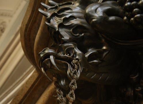 El emblemático faro ubicado en la cima de la torre del Palacio Barolo y convertido en una de las insignias conmemorativas de los 200 años de la Revolución de Mayo de 1810 vuelve a iluminar. Foto: lanacion.com / Martín Turnes