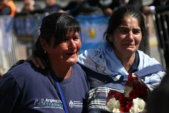 Miles y miles de personas se concentran en la PLaza de Mayo para darle el último adiós al ex presidente de la Nación, Nestor Kirchner. Foto: LA NACION / Miguel Acevedo Riú