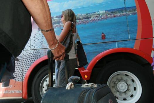 Valija en mano y todo listo para subir al micro y empezar las vacaciones. Foto: LA NACION / Graciela Calabrese