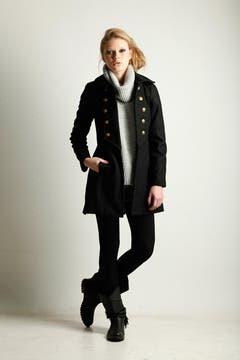 Tapadito estilo militar (Rie, $ 840),suéter de punto grueso con cuellovolcado (Giesso,$ 436), shorts dejean desflecado (Akiabara, $ 310),medias acanaladas (Silvana) y botas de cuero con flecos y suela de goma (Carla Danelli, $ 990). Foto: GUILLERMO MONTELEONE