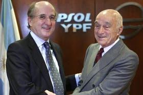 El saludo de Enrique Eskenazi con el presidente de Repsol, Antonio Brufau, cuando, a principios de 2008, la petrolera vendió su filial argentina al grupo Petersen