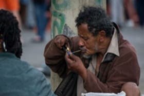Un consumidor de crack en pleno centro de San Pablo, Brasil